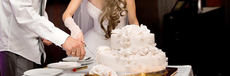Couple cutting wedding cake at The Manor Tamborine Mountain